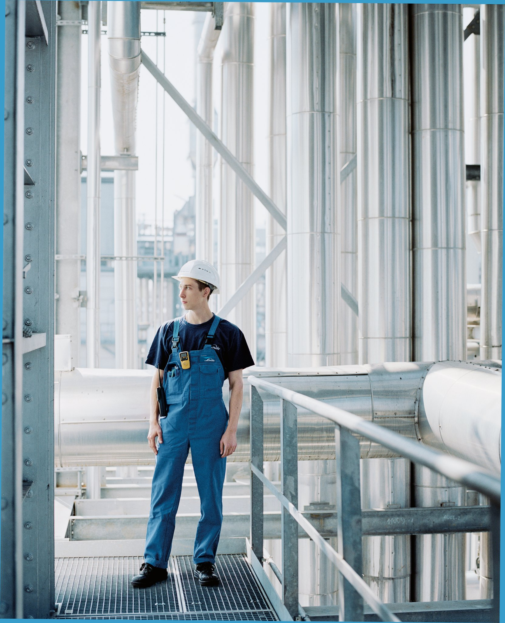 Worker at industry plant, Linde´s plant engineering expertise is in demand worldwide. (The Linde Annual 2007. Page 25).